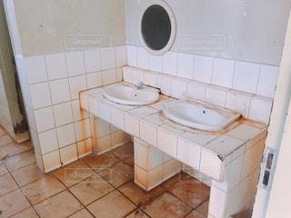 汚いトイレの洗面台の写真・画像素材[1827728]