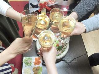 友達とホームパーティで乾杯の写真・画像素材[1823888]