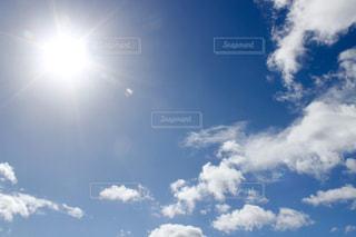 太陽と青い空の写真・画像素材[1825557]