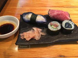 木製テーブルの上寿司の写真・画像素材[1859573]