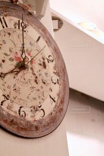 壁にかかった時計の写真・画像素材[1885280]