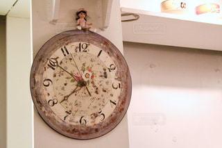 側に取り付けられた時計の写真・画像素材[1885281]