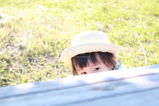 机から目だけ見えている子どもの写真・画像素材[2027766]
