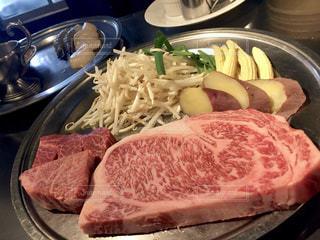 焼く前の野菜とステーキ肉の写真・画像素材[2090857]