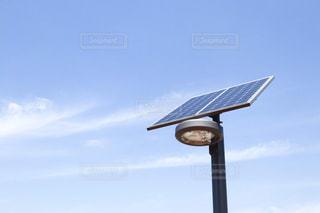 ソーラーパネルの照明と天気の良い空の写真・画像素材[2090982]