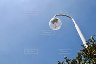 空と丸い電球の写真・画像素材[2090984]