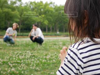 草の上に立っている小さな女の子の写真・画像素材[2217791]