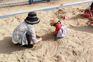 砂場で遊ぶおばあちゃんと孫の写真・画像素材[2219103]