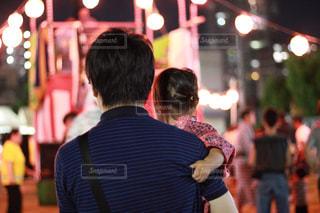 お祭りに参加している父と娘の後ろ姿の写真・画像素材[2317771]