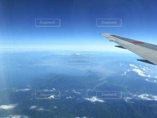 飛行機の窓から見えた富士山の写真・画像素材[2330617]