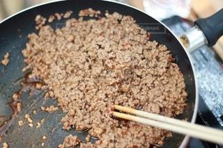 フライパンで炒めた牛ミンチ肉の写真・画像素材[2512211]