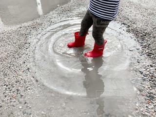 水たまりで遊ぶ子どもの写真・画像素材[3010608]