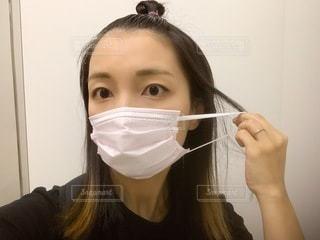 マスクをつける女性の写真・画像素材[3390457]