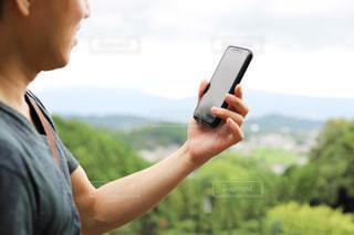携帯電話を持つ手の写真・画像素材[3421125]