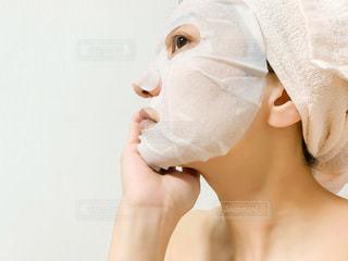 マスクする女性の横顔の写真・画像素材[3511395]