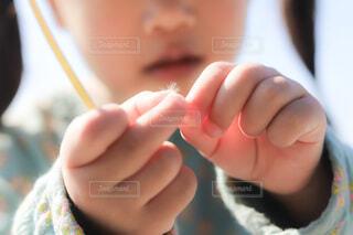 タンポポの綿毛を持つ手の写真・画像素材[3937617]