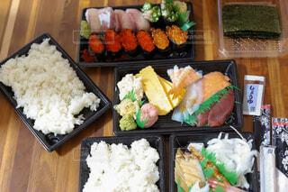 テイクアウトしたお寿司の写真・画像素材[4065032]