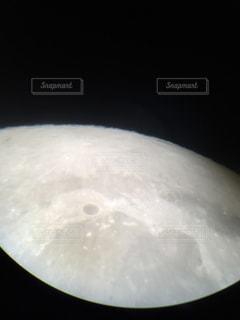 望遠鏡で覗いた月面の写真・画像素材[1819192]