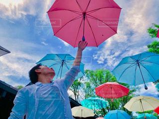 カラフルな傘を持っている人の写真・画像素材[1819440]