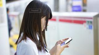 携帯電話を保持している女性の写真・画像素材[1820438]