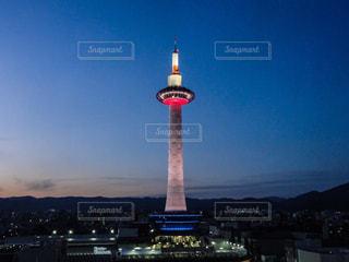 夕暮れの京都タワーの写真・画像素材[1828104]