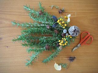 木製のテーブルの上の花束の写真・画像素材[2769059]