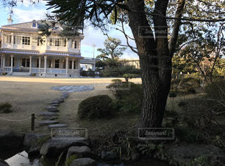 ジョサイアコンドルの建物の前に日本庭園の写真・画像素材[1824116]