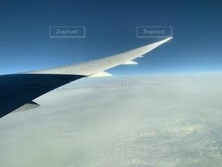ブリティッシュエアウェイズの飛行機の窓からの景色の写真・画像素材[2300797]
