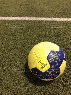 近くにサッカー ボールのアップの写真・画像素材[1827252]
