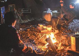 火を囲むキャンプの写真・画像素材[1827425]