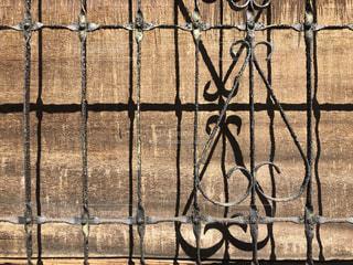 鉄格子の印影の写真・画像素材[1833250]