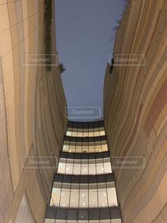 なんばパークスのビルの間から夜空を見上げるの写真・画像素材[1827492]