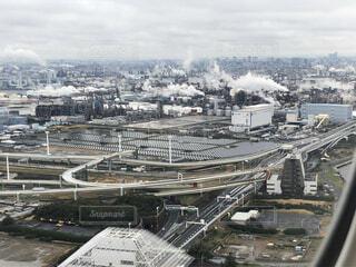 飛行機の機窓から撮った工場地帯の写真・画像素材[3805369]