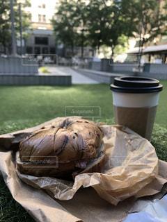 外で食べるちょっとオシャレな朝ごはんの写真・画像素材[2136774]