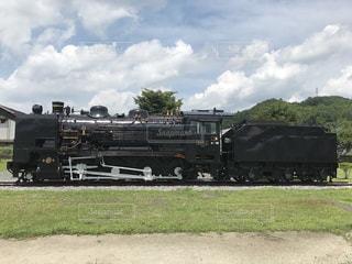 電車はダート フィールドの脇に駐車します。の写真・画像素材[1831115]