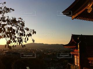 夕暮れのお寺の写真・画像素材[1831843]