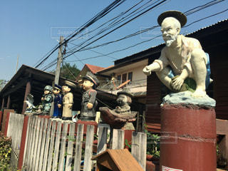 家の前の銅像たちの写真・画像素材[1833134]