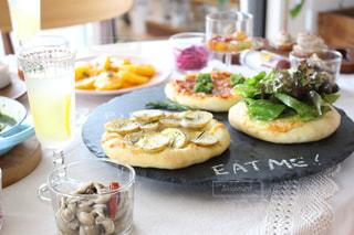 テーブルの上の食べ物の皿の写真・画像素材[2764024]
