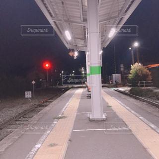 誰もいない駅のホームの写真・画像素材[1832874]