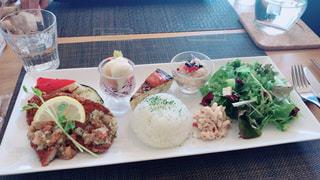 テーブルの上に食べ物のプレートの写真・画像素材[1833449]