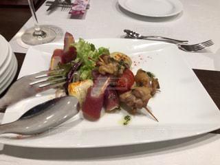 テーブルの上に食べ物のプレートの写真・画像素材[1833286]