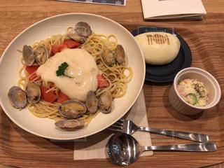 木製のテーブルの上に食べ物のプレートの写真・画像素材[1833307]