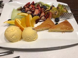 テーブルの上に食べ物の種類トッピング白プレートの写真・画像素材[1833321]