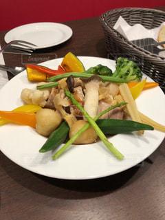 テーブルの上に食べ物のプレートの写真・画像素材[1833323]