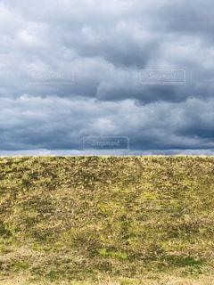 大規模なグリーン フィールドと無限に広がる雲の写真・画像素材[1838529]