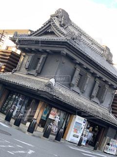 道路の側に店舗を持つ建物の写真・画像素材[1843484]