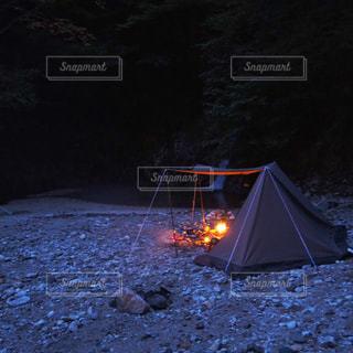 暗闇の中のテントの写真・画像素材[2694728]