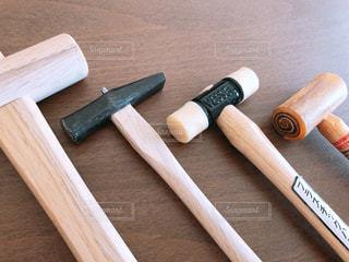木製のまな板の上に座ってナイフの写真・画像素材[1840282]