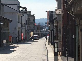 近くに忙しい街の通りのの写真・画像素材[1835414]