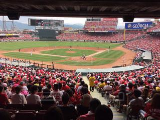 野球の試合を見ている人の大群衆の写真・画像素材[1839713]